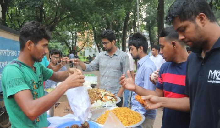 ঢাকা বিশ্ববিদ্যালয় ক্যাম্পাসেও সরগরম ইফতার বাজার