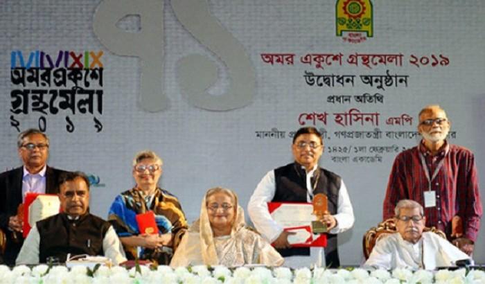 বাংলা একাডেমি সাহিত্য পুরস্কার তুলে দিলেন প্রধানমন্ত্রী