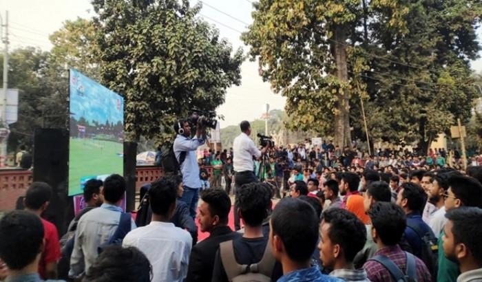 টিএসসি যেন মিনি স্টেডিয়াম, শাবাশ বাংলাদেশ বলে উল্লাস