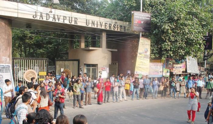 ৮০০ শিক্ষার্থীকে স্মার্টফোন, ডেটাপ্যাকের ব্যবস্থা করছে যাদবপুর বিশ্ববিদ্যালয়