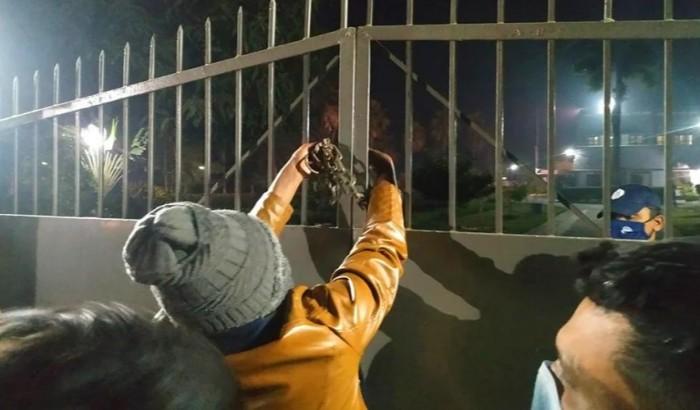 রাবি ভিসির বাসভবনে তালা লাগিয়ে ছাত্রলীগের অবস্থান