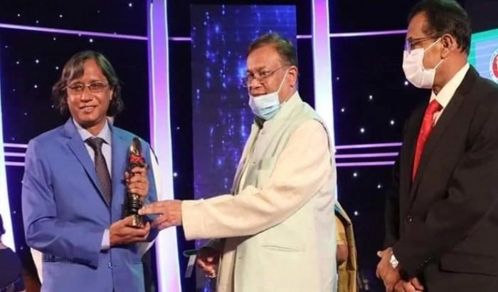 তিনবার চলচ্চিত্র পুরস্কার জিতলেন অধ্যাপক জুনায়েদ হালিম