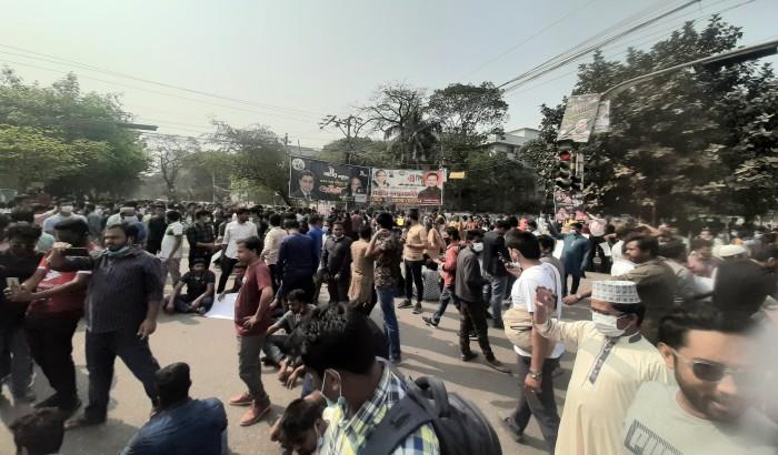 পরীক্ষার দাবিতে নীলক্ষেত মোড় অবরোধ করেছে সাত কলেজের শিক্ষার্থীরা