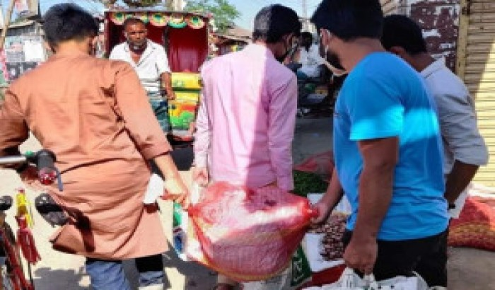 ৩০ পরিবারকে খাদ্য সামগ্রী দিল নেত্রকোনা'র ছাত্র অধিকারের নেতারা