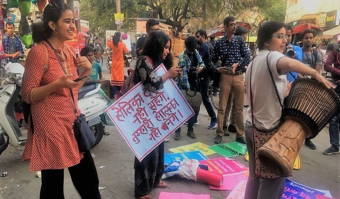 বীর্য-ভর্তি বেলুন নিক্ষেপ: দিল্লি বিশ্ববিদ্যালয়ের ছাত্রীদের বিক্ষোভ