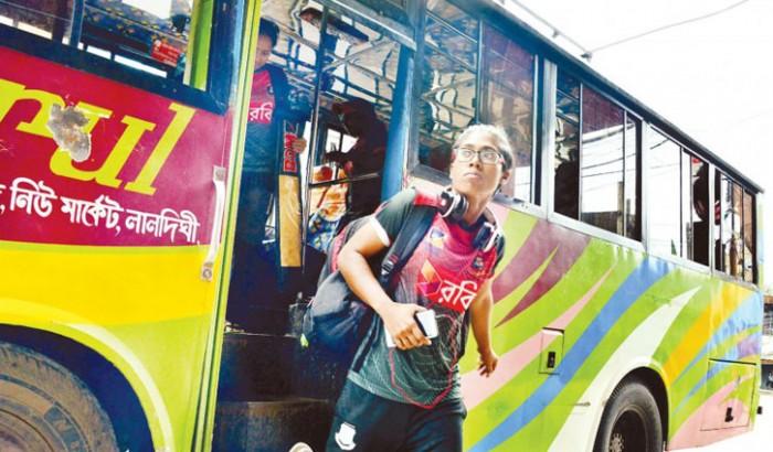 নারী ক্রিকেটাররা লোকাল বাসে, সমালোচনার ঝড়