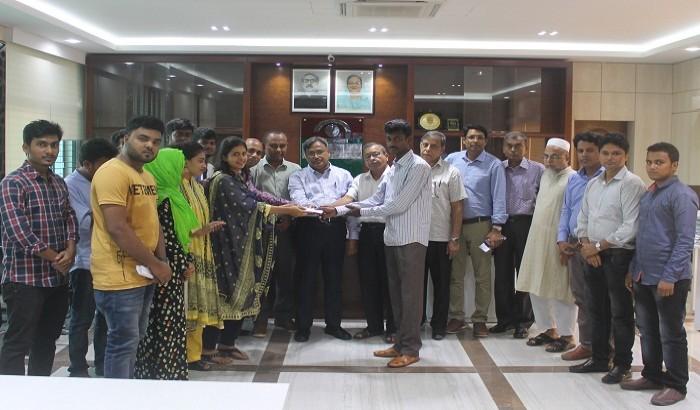 যবিপ্রবির কর্মচারি রমিজকে 'সহায়ক'  ক্লাবের আর্থিক সহায়তা প্রদান