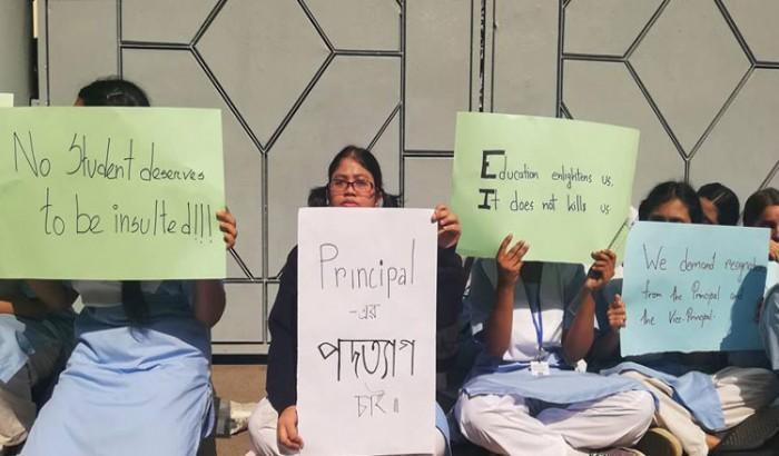 রাস্তায় ভিকারুননিসা নুন স্কুলের ছাত্রীরা