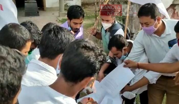 ত্রিপুরা বিশ্ববিদ্যালয়ে পরীক্ষার বিজ্ঞপ্তি পুড়ালেন বাম নেতারা