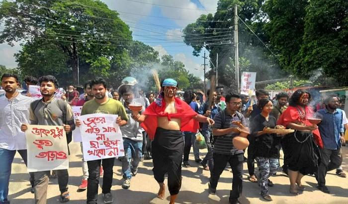 ঢাবিতে 'দুর্নীতির ভূত' তাড়াতে অভিনব প্রতিবাদ