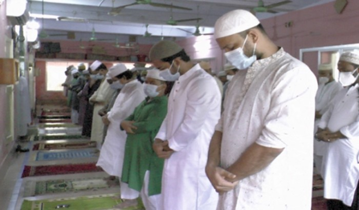 করোনামুক্ত হয়ে মসজিদে ঈদের নামাজ পড়লেন মাশরাফি