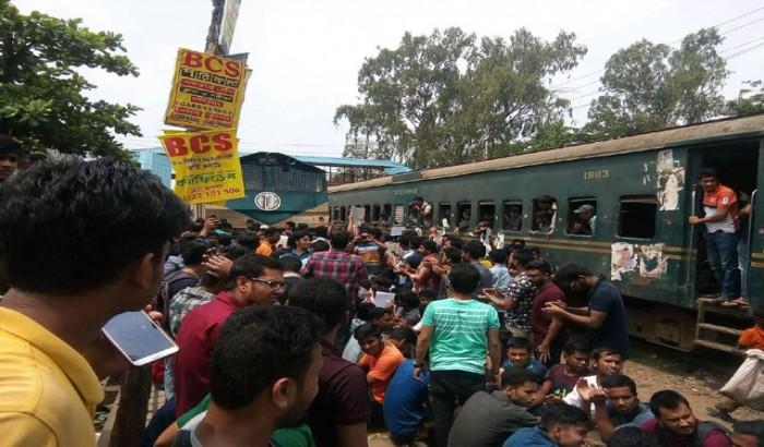 চবিতে শিক্ষার্থীদের ক্লাস বর্জন, শাটল ট্রেন অবরোধ