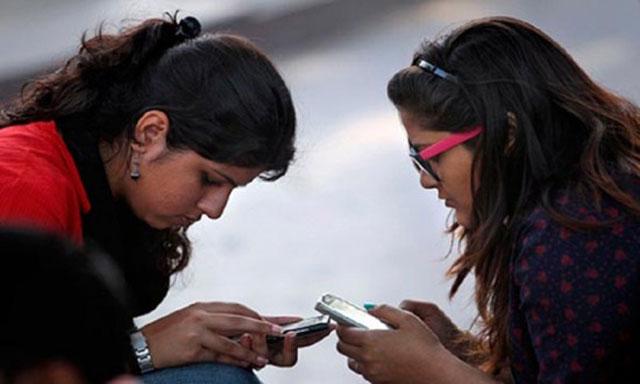 স্মার্টফোনের নেশায় রোগাক্রান্ত হচ্ছে শিক্ষার্থীরা: গবেষণা