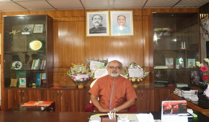 নফল নামাজ পড়ে নোবিপ্রবি উপাচার্যের বিশ্ববিদ্যালয়ে যোগদান
